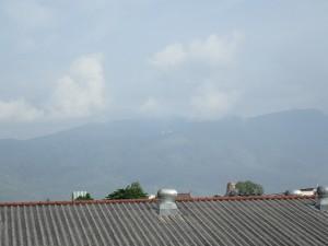 Doi Suthep sett fra byen. Tempelet kan skimtes oppe i fjellsiden