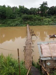 Midlertidig bro over elva Nam Khan