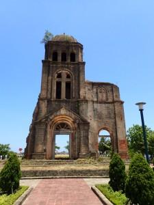 Rester av utbombet kirke