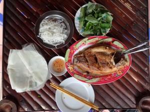 Fisk, nudler, rispapir, urter og saus