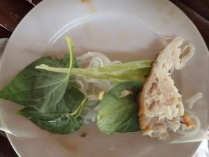 Fisk, nudler og urter på rispapiret
