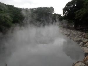 Dette er en naturlig kilde og vannet holder 90 grader når det kommer til overflaten