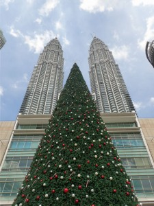 Julegrana foran Petronas Towers