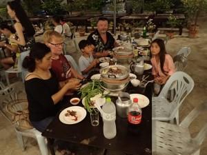 På restaurant, Lai, Jarle, Aleksander, Rene og Anna. Nikolai har forsvunnet...