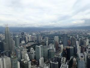 Utsikt fra Menara KL, Petronas Towers til høyre