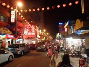 Gatebilde fra Chinatown på kveldstid