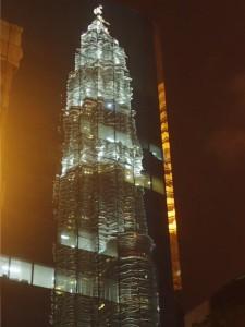 Petronas Towers speiler seg i et nabobygg