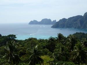 Phi Phi Leh i bakgrunnen