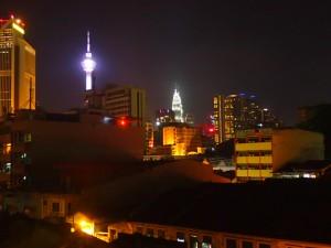 Kuala Lumpur by night, Menara KL og Petronas Towers i bakgrunnen