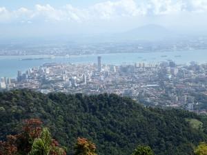 George Town sett fra Penang Hill, Komtar midt i bildet