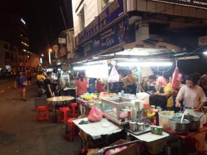 Gaterestaurant som dukker opp på kvelden