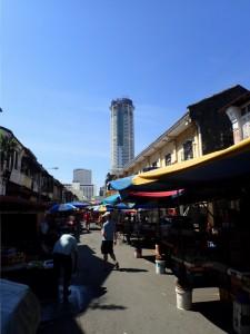 Gatemarked i Chinatown, Komtar i bakgrunnen
