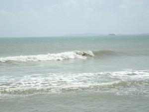 Surfer prøver bølgene
