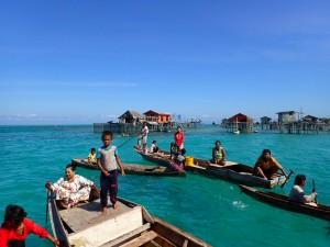 Barn og voksne kommer ut til turistbåtene... på jakt etter mat, godterier eller penger
