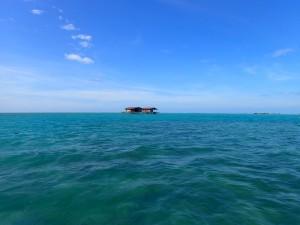 Et enslig hus på stylter i havet