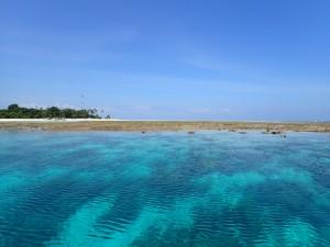 Pulau Mantabuan t.v. og korallrevet