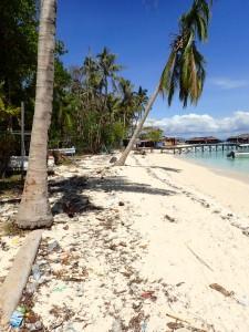 Trøbbel i paradis... Det flyter med søppel over alt og mye glasskår på stranden