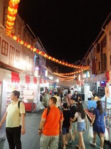 Folkerikt om kvelden i Chinatown