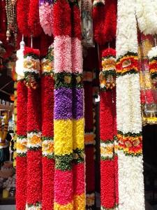 Fargerike blomsterdekorasjoner på markedet i Little India