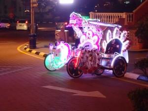 Trishaw, fargerike om kvelden