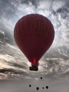 En ballong passerer, legg merke til flammen fra gassbrenneren