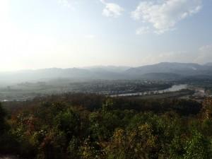 Byen ligger vakkert til nede ved elven og med fjellene i bakgrunnen