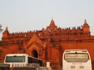 Solnedgangen nærmer seg og turistene samles på Pyathada Paya