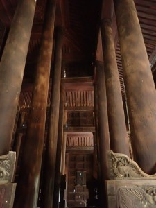 Tempelet er bygget av opptil 60 meter høye teak trær