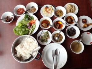 Lunsj på en lokal restaurant (4 hovedretter + tilbehør)