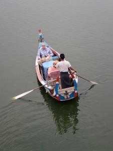 Båttur på elva er populært blant turistene
